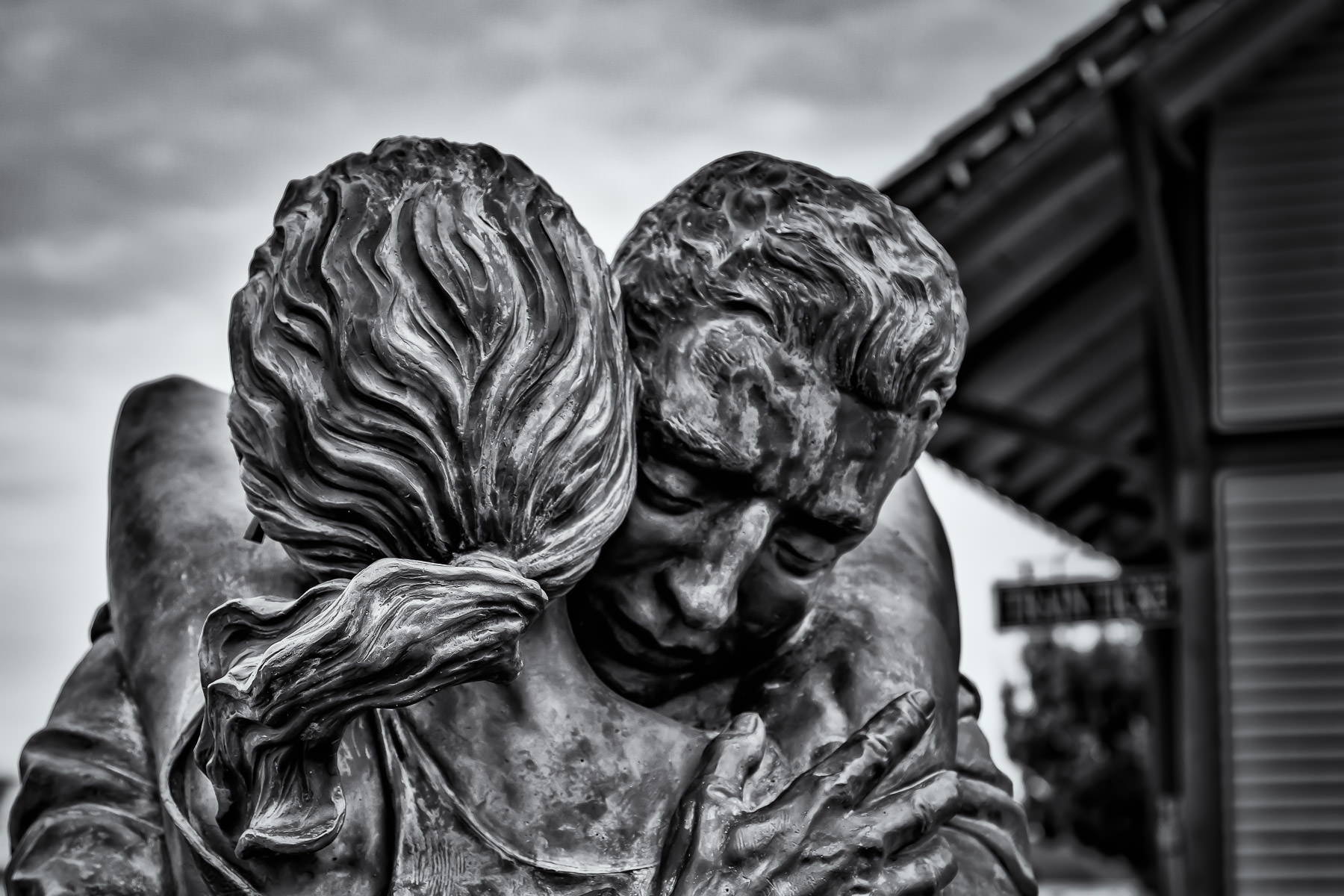 A statue of a couple embracing outside a historic train depot in Grapevine, Texas.