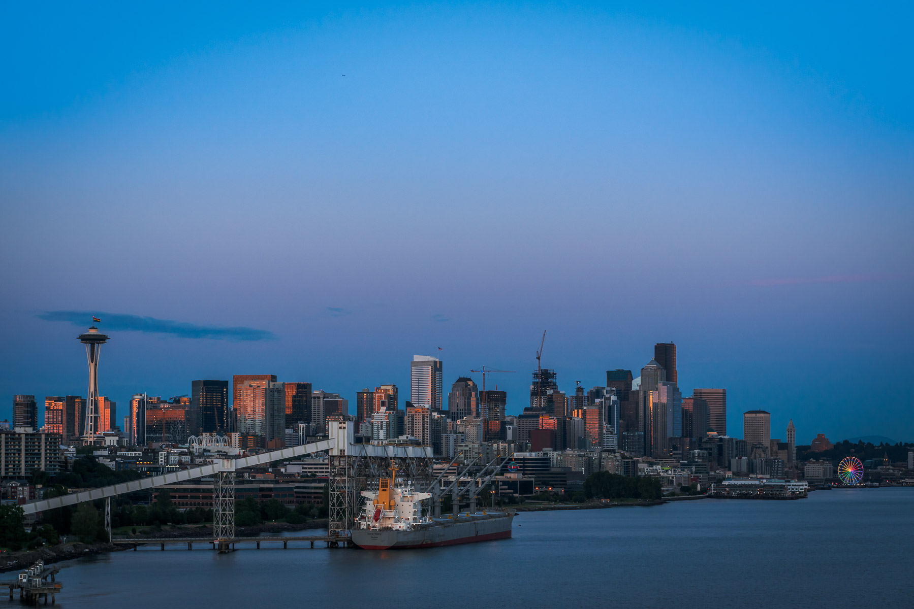 The last light of day illuminates the Seattle skyline.