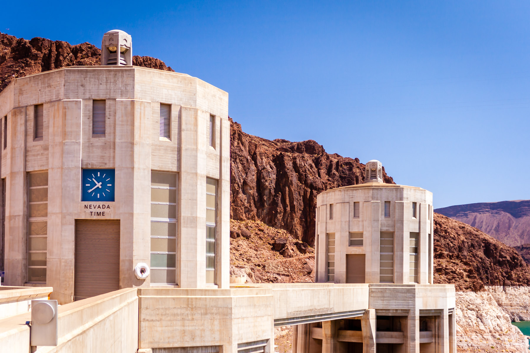 A clock reminding that the west side of Hoover Dam along the Arizona/Nevada border is in the Pacific Time Zone rather than Mountain Time.